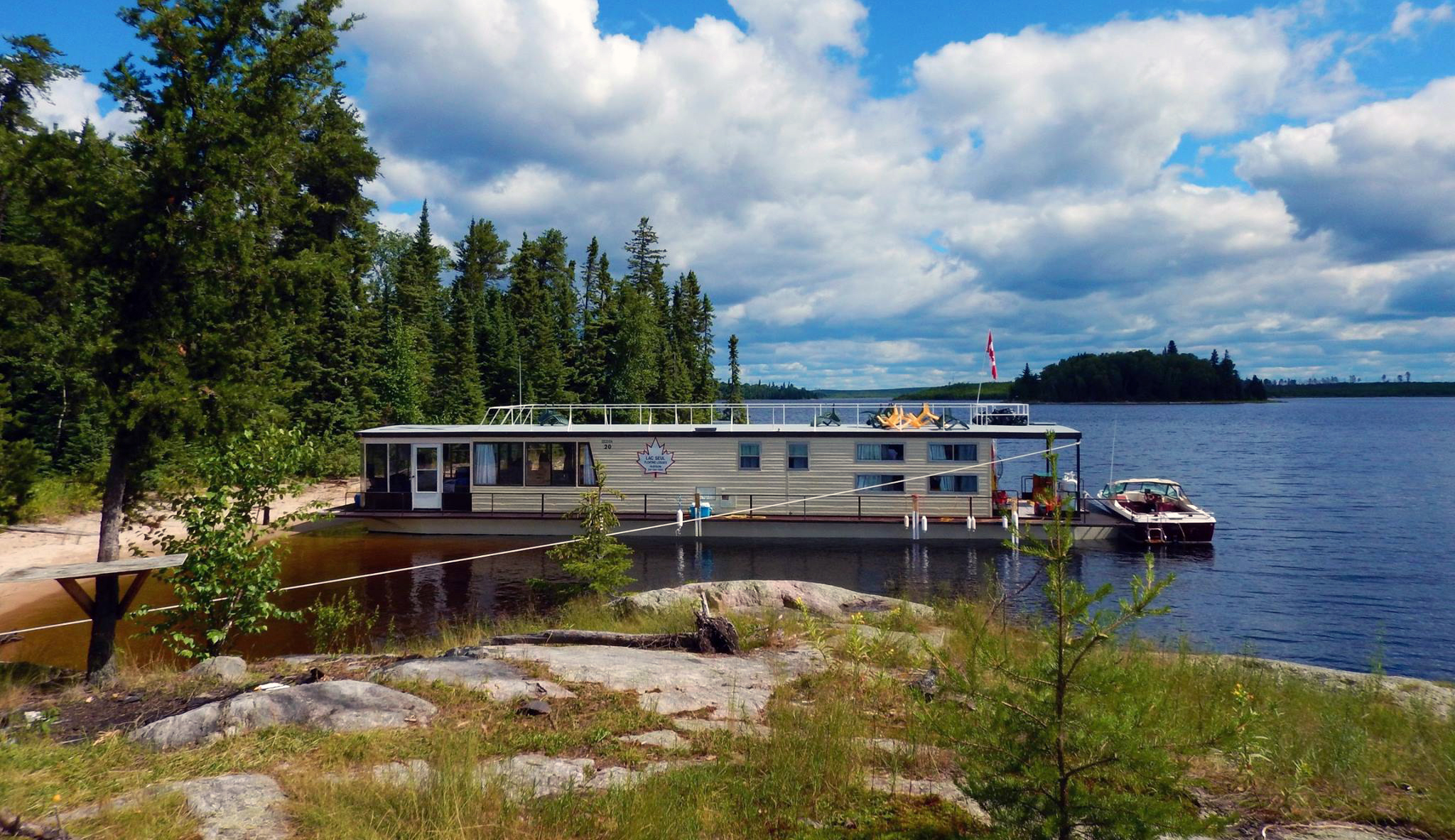 Lac seul floating lodges sunset country ontario canada for Ontario canada fishing resorts